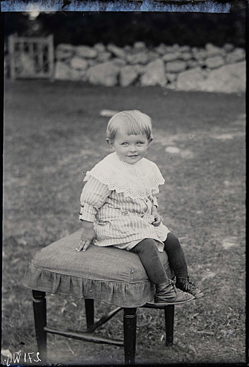 Fotografering beställd av Hubert Olsson. Barnet ej identifierat.