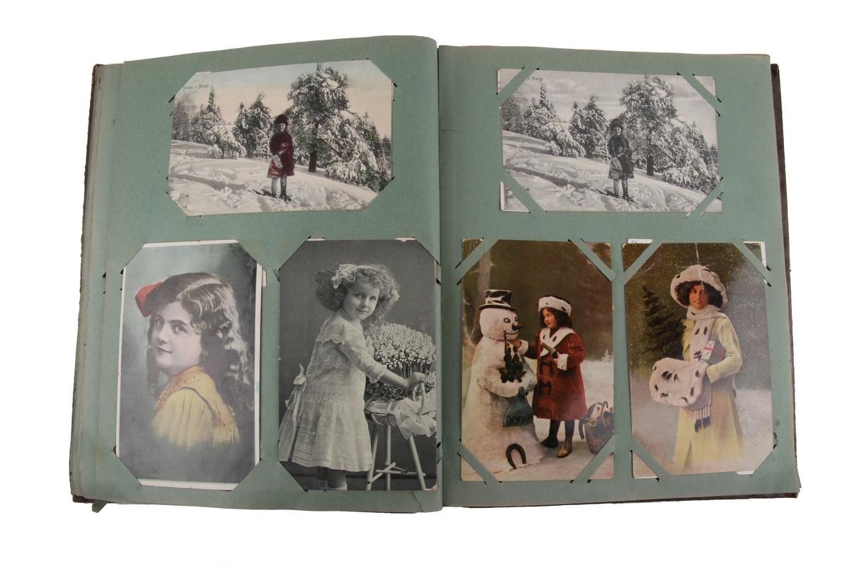 Album som inneholder postkort med by- og landskapsmotiv, samt julekort