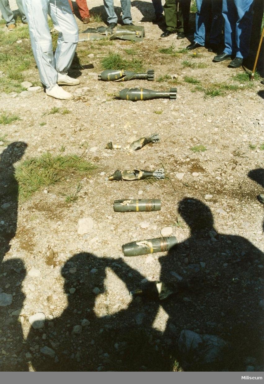 En rad av olika blindgångare efter desarmering.  12cm spränggranat, 8cm spränggranat, 7.5 spränggranat och flygbomb