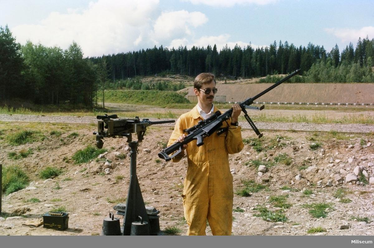 Försvaret materielverk (FM) demonstration av vapen.  Automatgevär 90C (AG 90C) och kulspruta 88 (Tung kulspruta 12,7 mm) i bakgrunden.