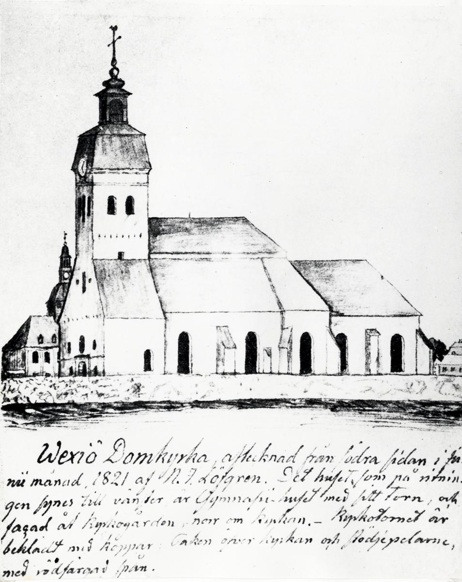 Växjö domkyrka från söder, efter teckning av N.J. Löfgren i juni 1821.  Bakom kyrkan skymtar man Karolinerhuset, dåv. Växjö gymnasium.   Kyrkan brann (brändes ner) första gången 1276 och den tidigare kyrkan ersattes av en större, möjligen i gotisk stil (valven inne i kyrkan är spetsbågiga, vilket dock förekommer även i romanska kyrkor omväxlande med rundbågiga valv, till exempel i Lunds domkyrka). 1585–1740 hade domkyrkan högt valmat tak och två tornspiror, efter smärre förändringar i renässansstil, sedan kyrkan bränts ner av danskarna 1570 (nordiska sjuårskriget).  1849–1852 genomgick kyrkan en stor ombyggnad efter ritningar av arkitekten Carl Georg Brunius. Tornet fick fyra trappstegsgavlar och kyrkans sidoskepp vinkelrätt mot längdriktningen fick flera trappstegsgavlar över varje fönster. Kyrkan försågs också med ett lågt tak över kyrkans valv. Gavlarna var utsmyckade med nygotiska abstrakta reliefer, olika för varje gavel över sidoskeppet. Tornurets urtavlor var placerade högst upp på tornets gavlar och tornet saknade tornspira.