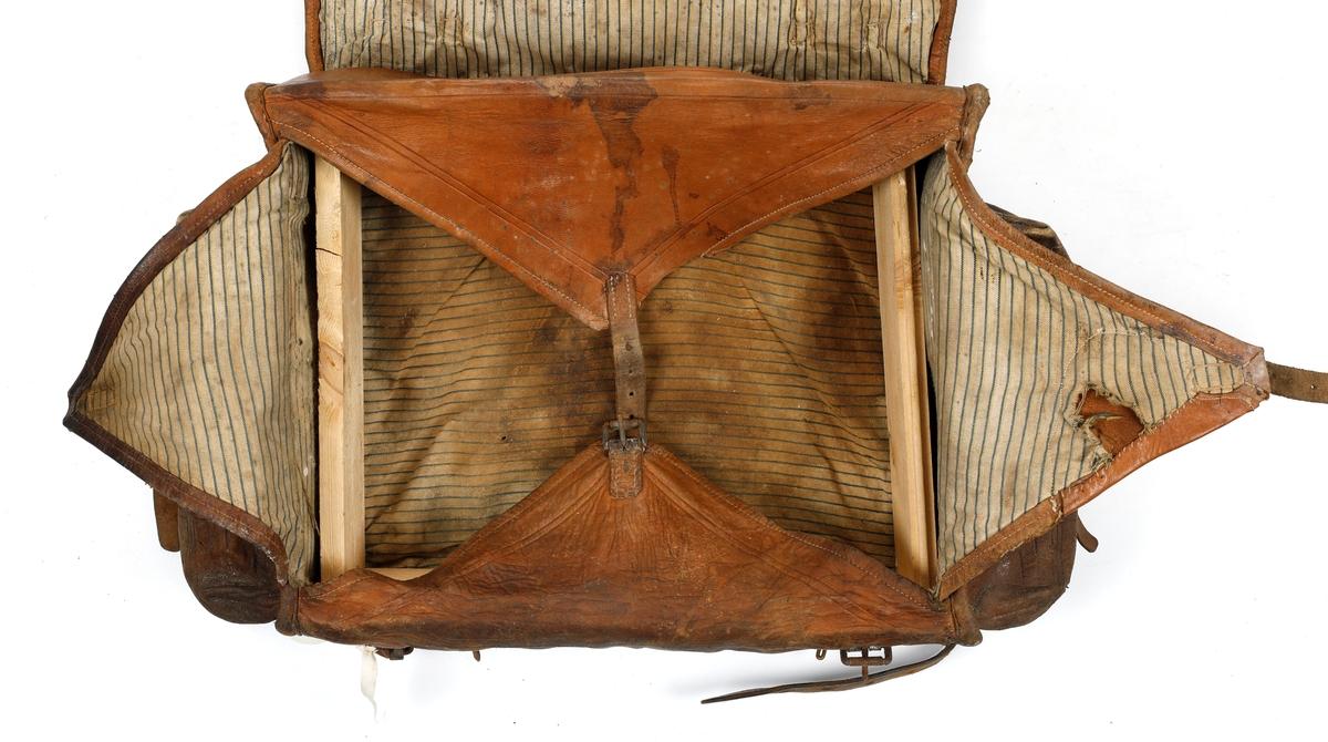 Ransel med pels i lokket. Fire trekantede klaffer under lokk. To sidelommer.