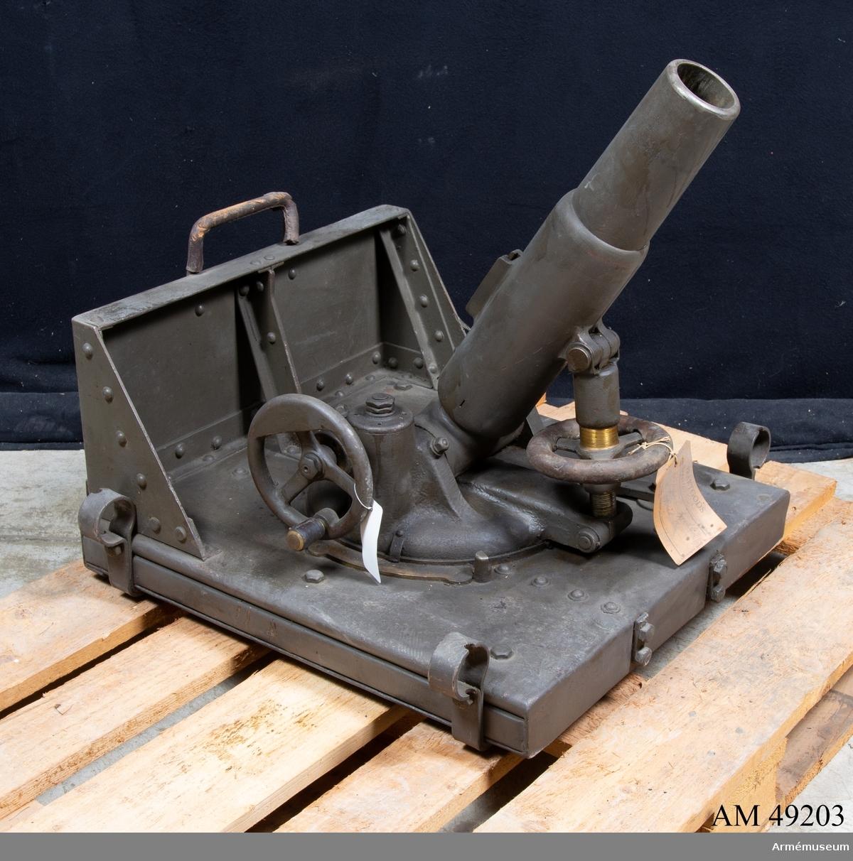 Grupp E X b. Samhörande med 6 cm granatkastare m/1918 är avfyringslina med  2 st block, 4 st krampor, bäranordning för eldrör, bärsele,  2 st bärstänger, mynningsfodral, fyrsnöre, 2 st  förankringspålar, instrumentlåda, nyckel till lagerhylsa,  rörnyckel, 1 sats reservdelar. AJS.