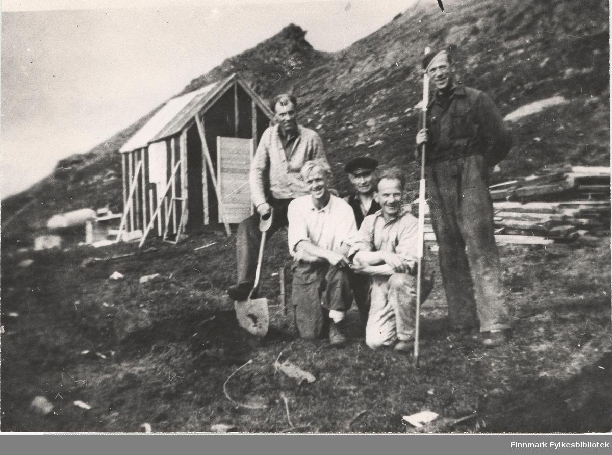 Her ser vi et bilde av vegarbeidere i Kongsfjord (i Berlevåg), 1951. De står oppstilt med spett og spade. Nr. 4 fra venstre er Arne Nikolaisen.