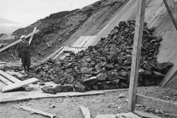 Tipping av malm ved utskipnigskaia i Burfjord august 1937. E