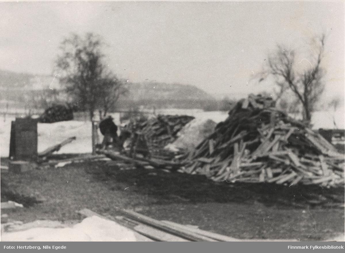 Tana bru, 1947. Oversikt over brenselet. Se også bildene 280-312.