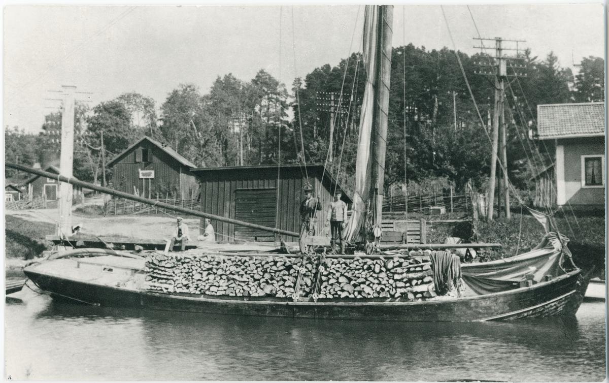 Roslagsskutan Alcea vid ångbåtsbryggan vid Åkersbro, Uppland 1916