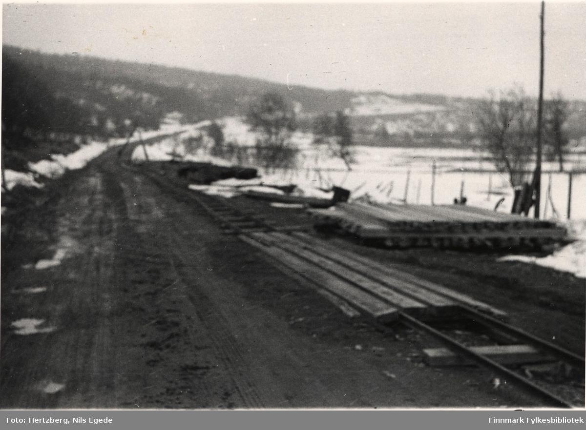 Arbeidet foregår på Tana bru, 1947. Trallebane for framkjøring av materiell. Uskarp bilde. Se også bildene 280-312.