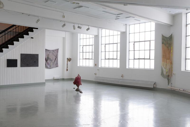 Tekstilkunst og skulptur i utstillingslokale (Foto/Photo)
