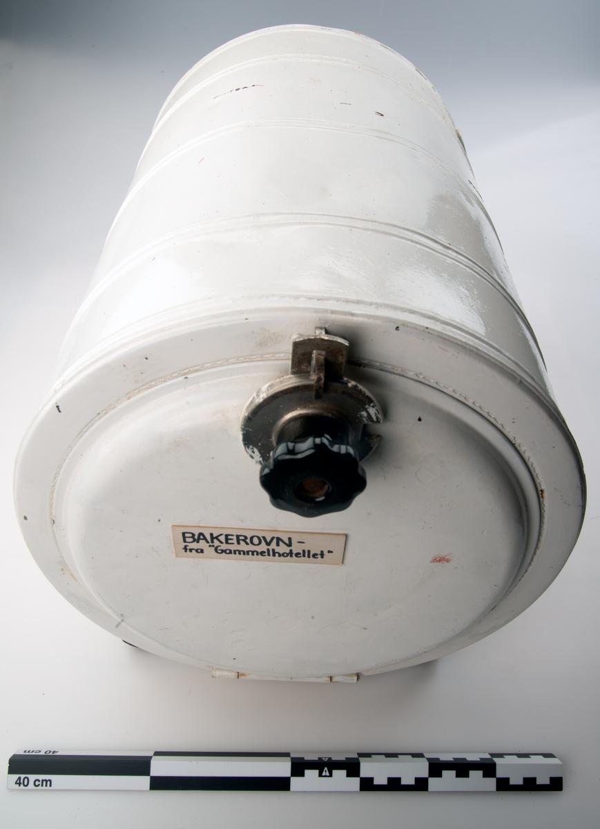 Sylinderformet elektrisk ovn. inni ovnen er det plass til en metallplate liggende midt i ovnen.