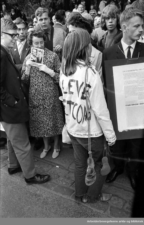 Demonstrasjon mot USA's krigføring i Vietnam utenfor Den amerikanske ambassade på Drammensveien (Nå Henrik Ibsens gate) i Oslo. 4. juli 1966