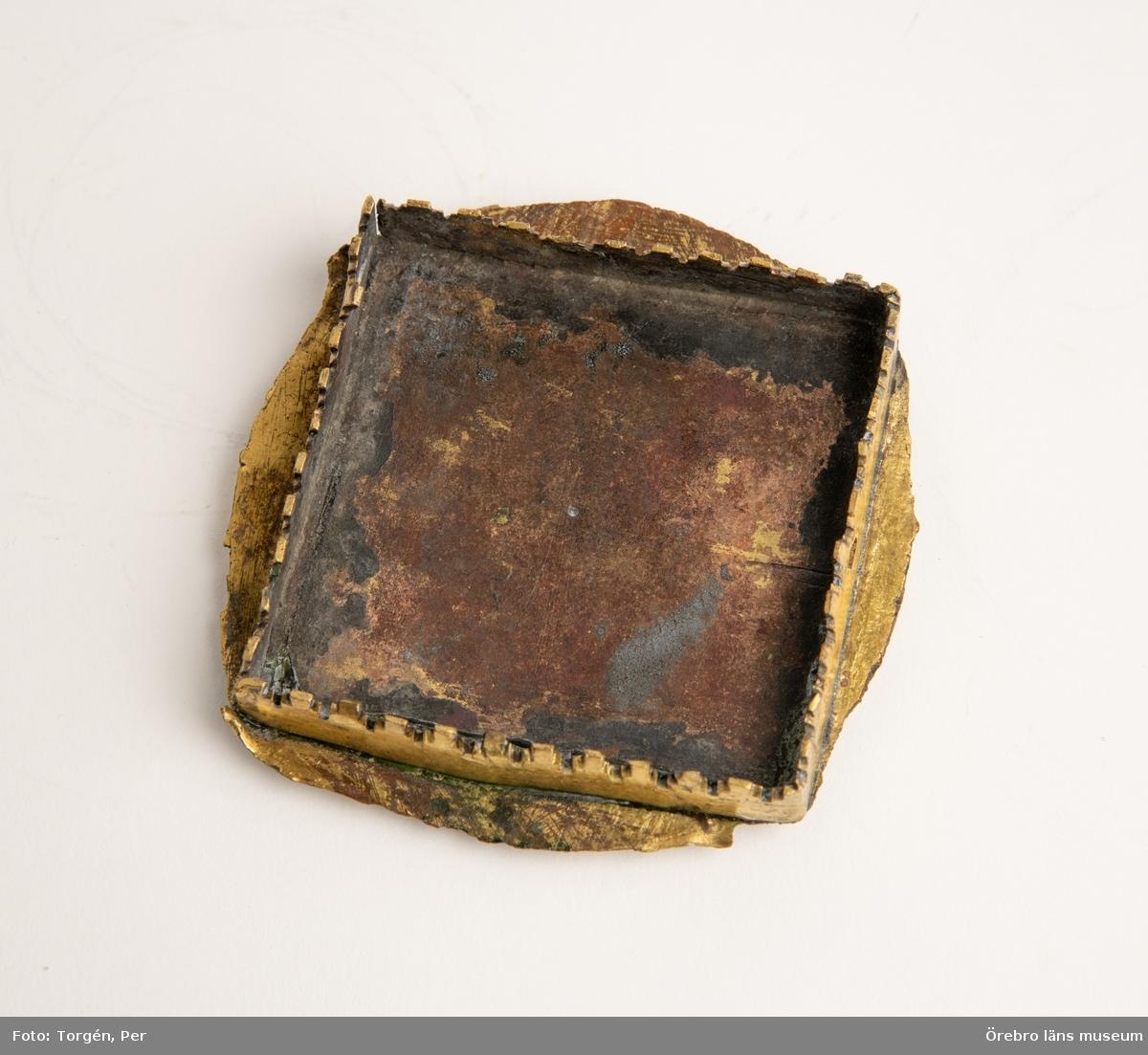 Fot av pyxis av förgylld koppar. 1400-talets slut. På mellanstyckets knappar a, o, r, h i minuskler. Foten kan avlyftas från botten där måhända varit förvaringsrum för reliker. Består av 2 delar - a och b.  Hör ihop med OLM-1093 Axbergs kyrka.