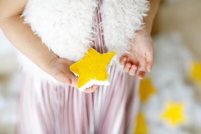 nominated-childrens-hands-holding-yellow-star-EBKAD8Q.jpg. Foto/Photo