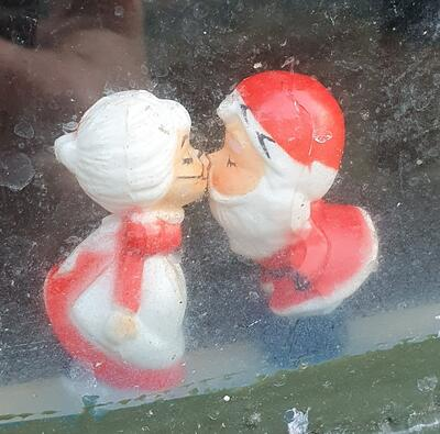 Nissefar og nissemor kysser (Foto/Photo)