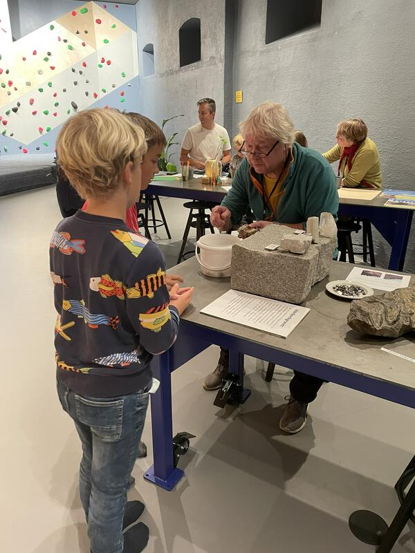 Geologiens dag 11. september, 20201. Barna kunne ta med steiner hjemmefra og vise museets geolog Kåre Kullerud. (Foto/Photo)