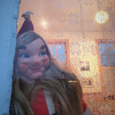 Julenisse kikker ut vinduet. Foto/Photo