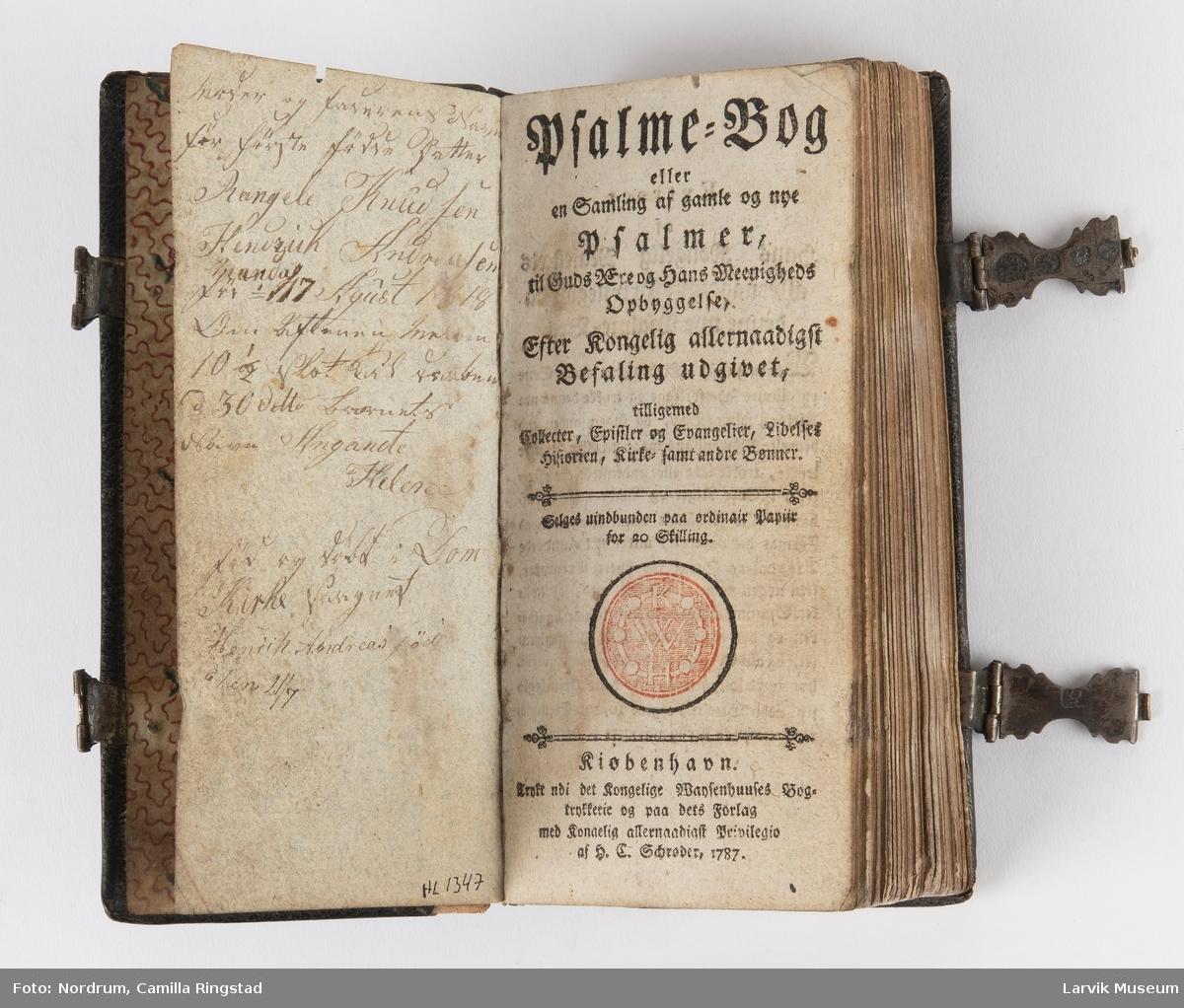 Salmebog  med 176 sider. Boken er skinntrukket og har 2 spenner.