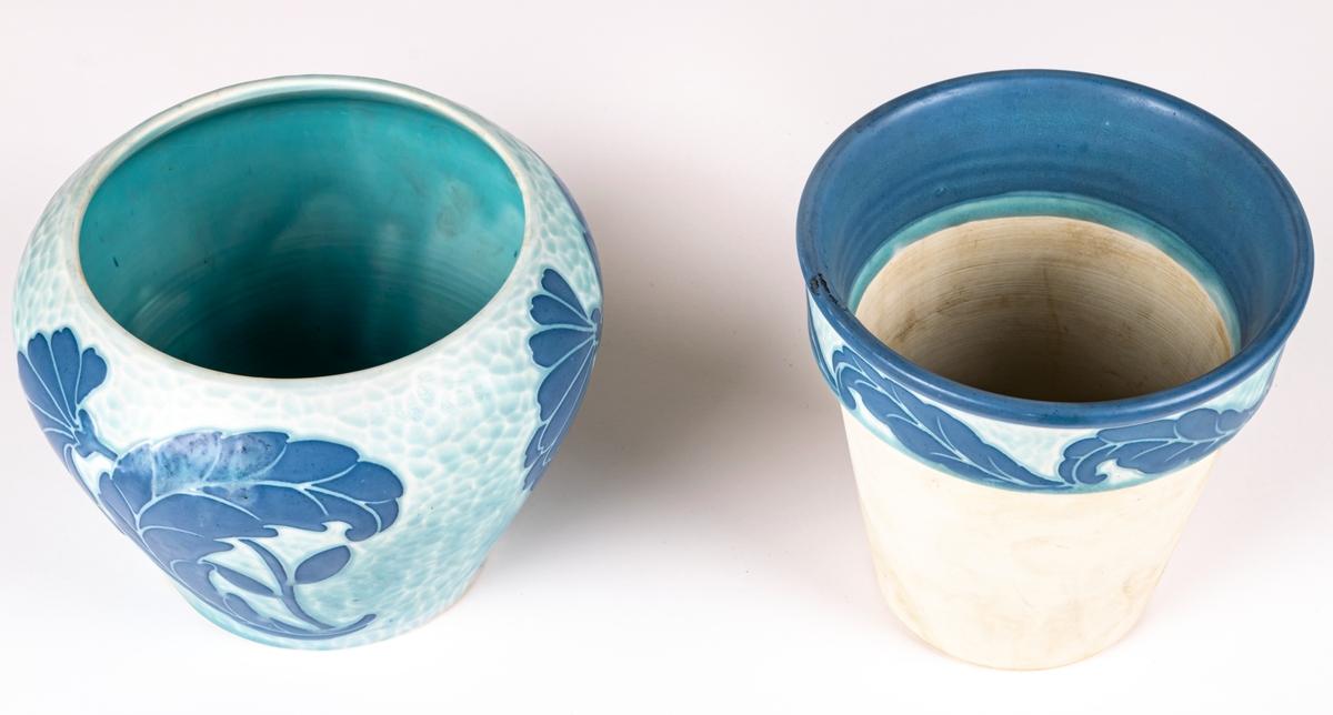 Blomkruka i två delar. Porslin, ytterkruka med blå dekor, innerkruka vit med blå dekor upptill.