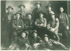 Speidere, gruppefoto Avbildet: Øverst fra venstre: Ole Steen