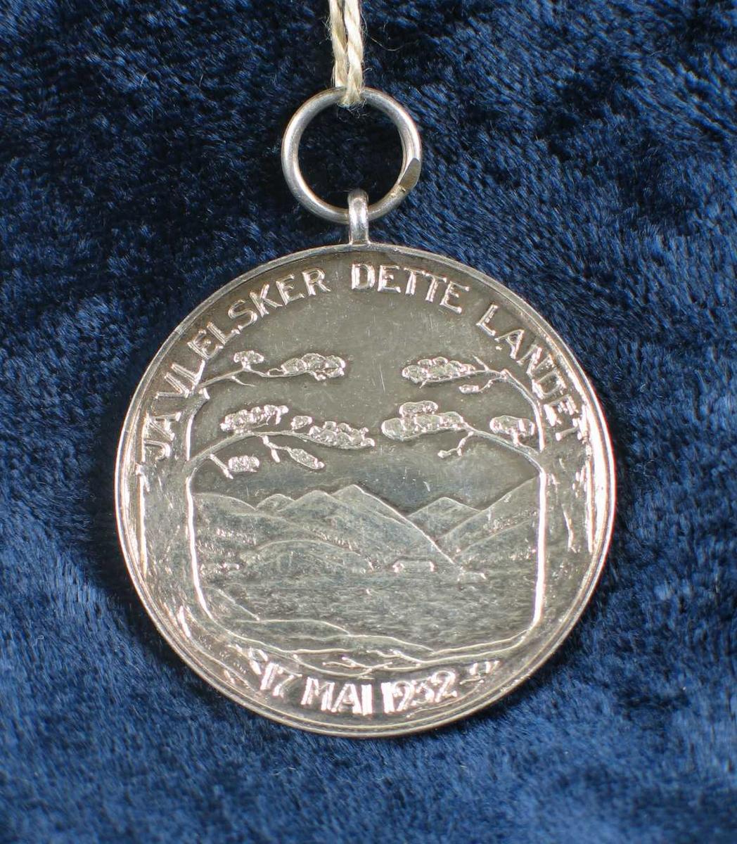 Minnemedalje i sølv med BB's portrett på den ene siden og et norsk fjordlandskap på den andre siden.