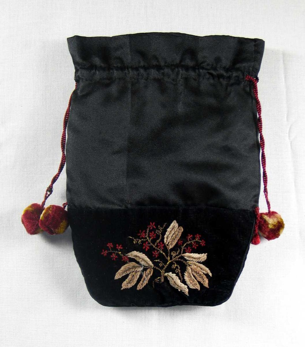 Svart poseformet pompadur i fløyel og silkesateng. Øverst 15 cm svart sateng. Nedbrett mot innside med løpegang og rynkehode. Burgunderrød snor, 10-12 cm utenfor løpegang med kulformet silkepompong i burgunderrødt og gulbrunt. Nedre del av posen er sydd i svart fløyel med sateng i sømmene. Broderi i form av grein med blomster utført med bronsefarget metalltråd og beige/rødt chenillegarn. Dette gir et flosset preg. Bladene er brodert med plattsøm. Broderi på begge sider av vesken. Silkepompong på venstre side ved søm, den høyre mangler. Hvitt , tynt, to-skaft silkefôr. Veldig slitt. Omsydd av noe annet? Håndsydd.