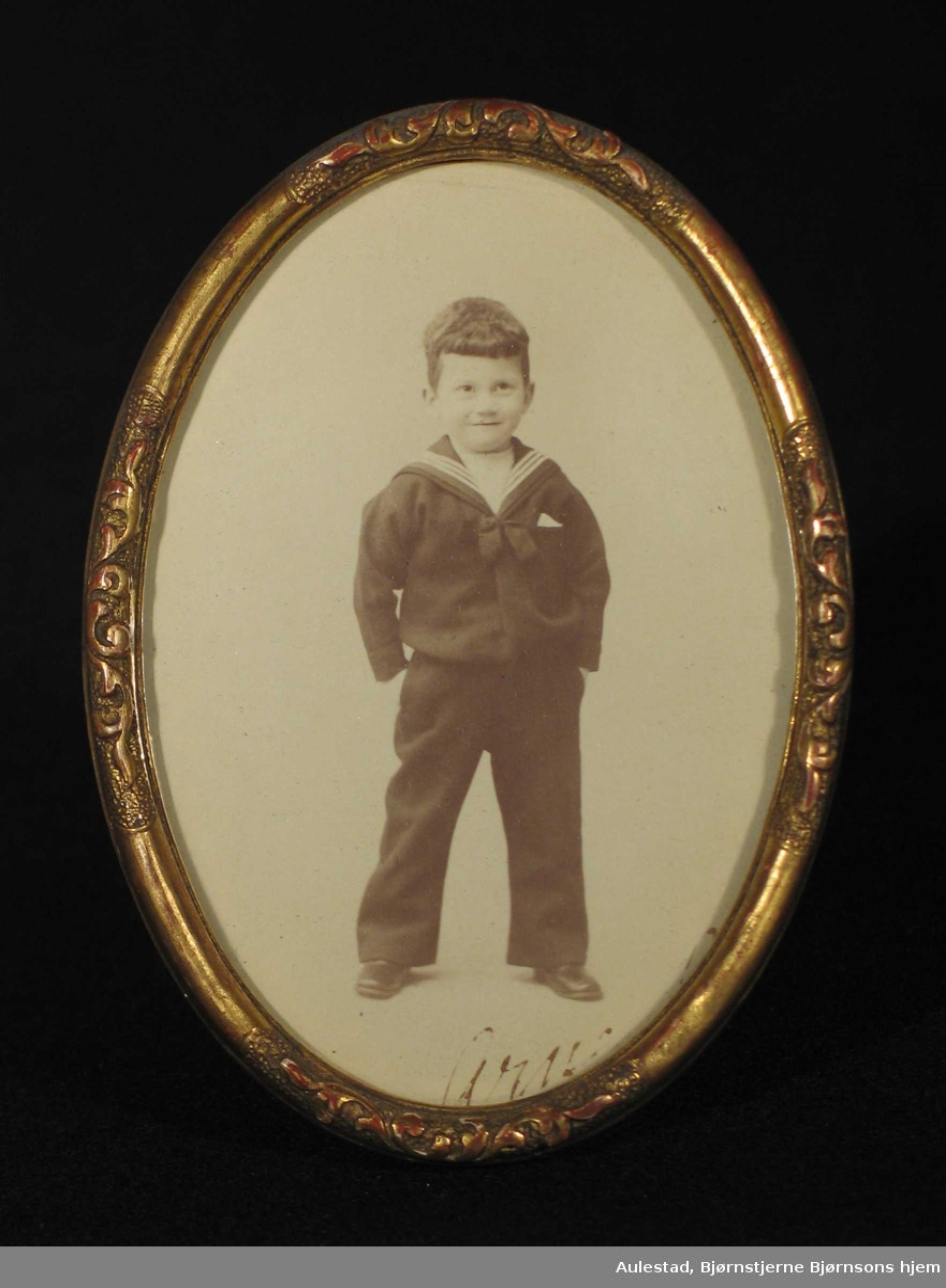 Liten gutt med matrosdress fotografert i atelier.