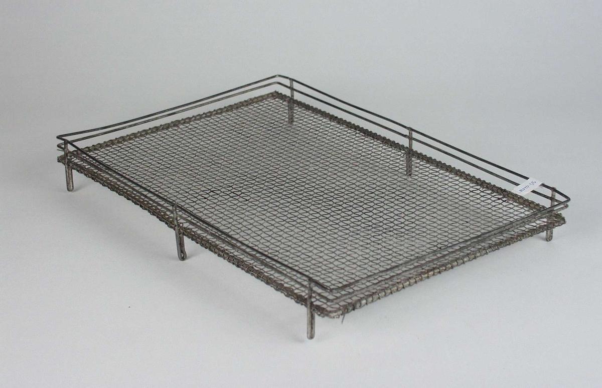 Rutet stativ i metalltråd med kanter og små bein.