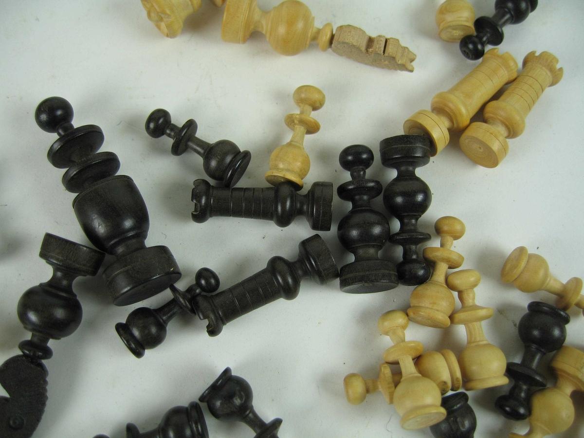 Sjakkspillet består av en treeske med 32 sjakkbrikker, halvparten av lyst tre og halvparten av svartbeiset tre.