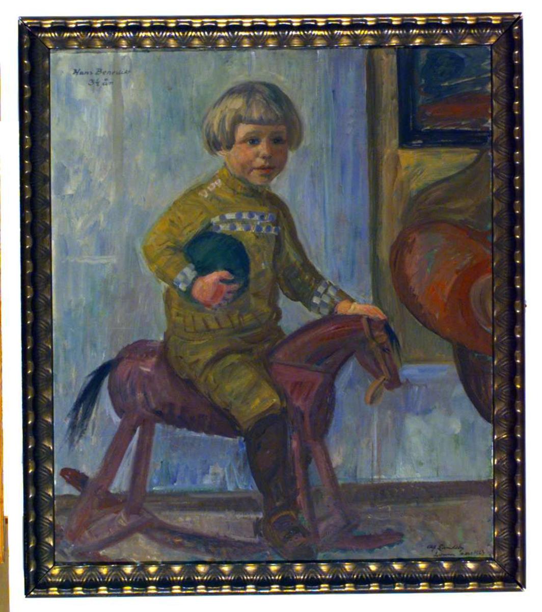 Hans Benedict på gyngehesten, 3,5 år gammel.