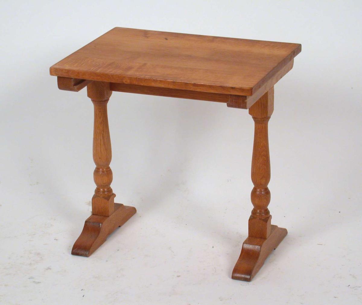 Settbord med dreide ben. Materialet er eik. Dette bordet er det mellomste av tre bord.
