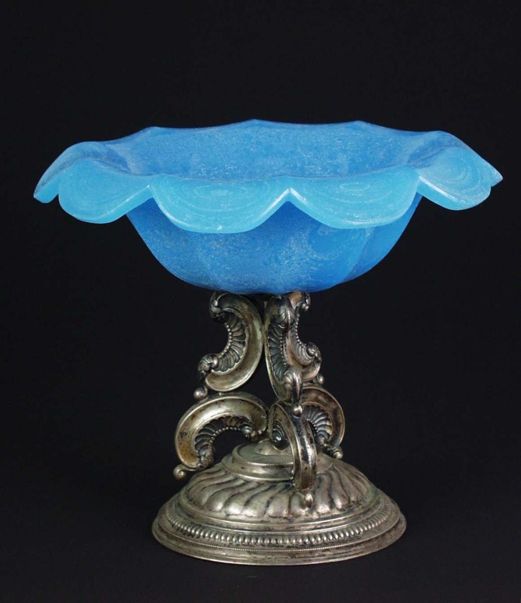 Oppsats med forarbeidet metallstett og glasskål med utbrettet kant. Glasset er blått.