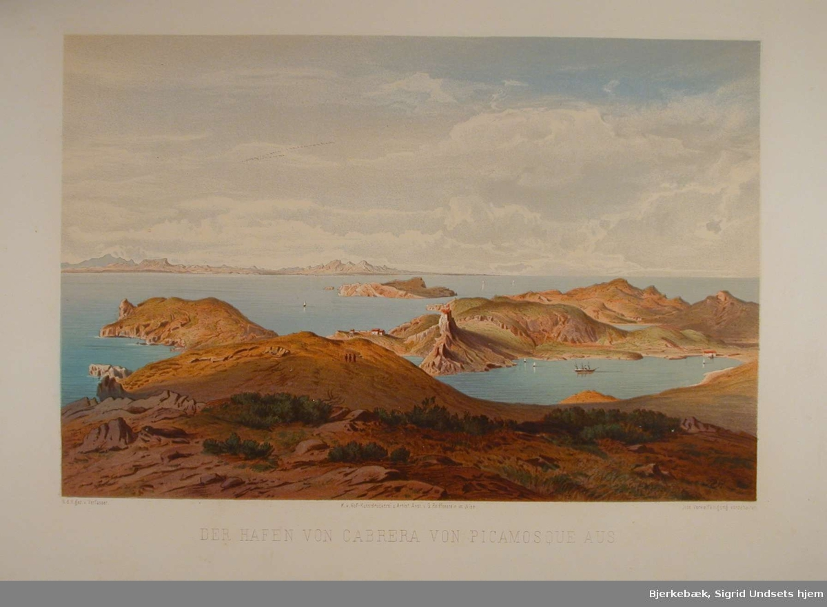 Utsikt over et havnebasseng med sjø og fjell i bakgrunnen.