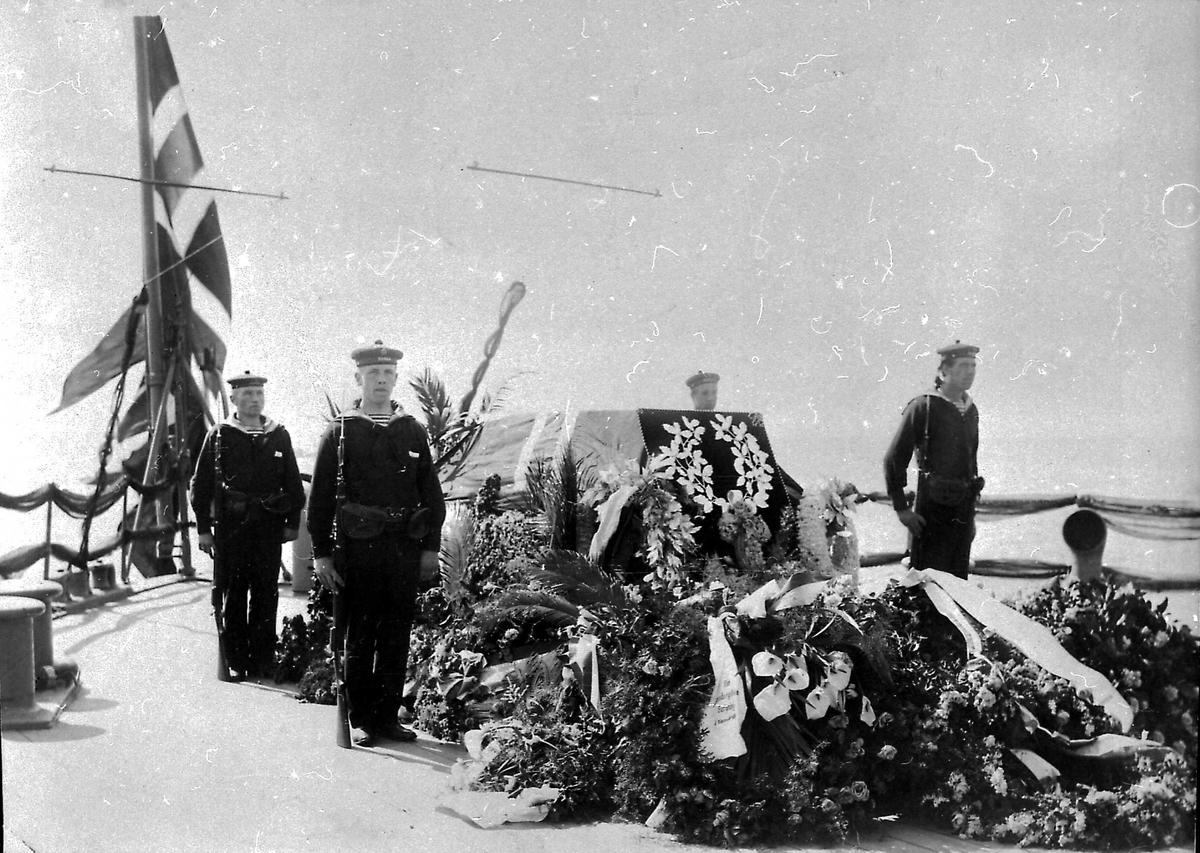 Panserskip, Norge, soldater, blomster, båre, flagg