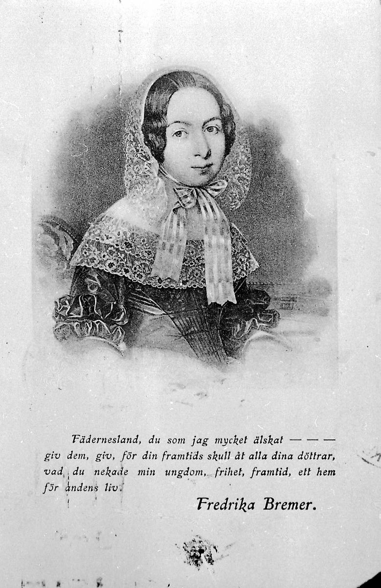 Kvinne, tekst, postkort