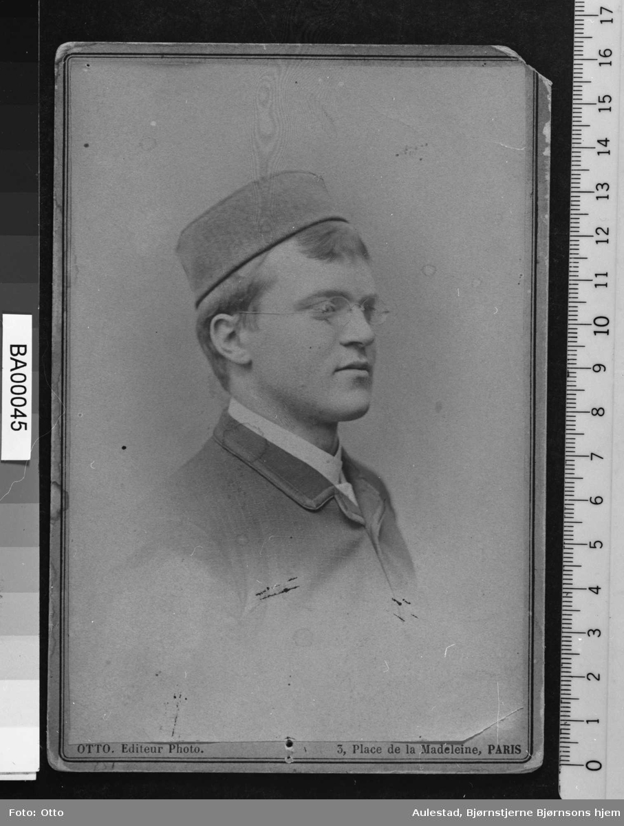 Portrett; fotografi av ung mann sett i halvprofil.