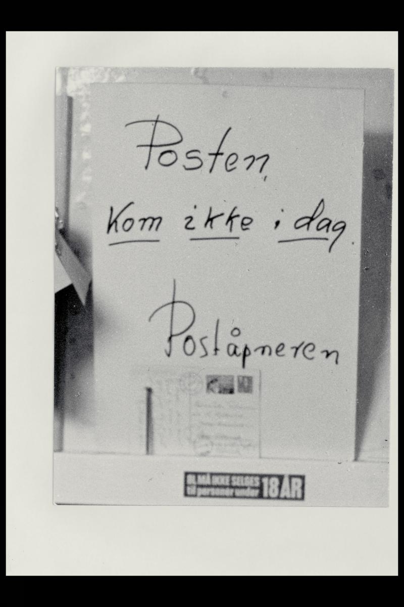 """interiør, oppslag med tekst: """"Posten kom ikke i dag"""" Poståpneren, posten i Nord"""