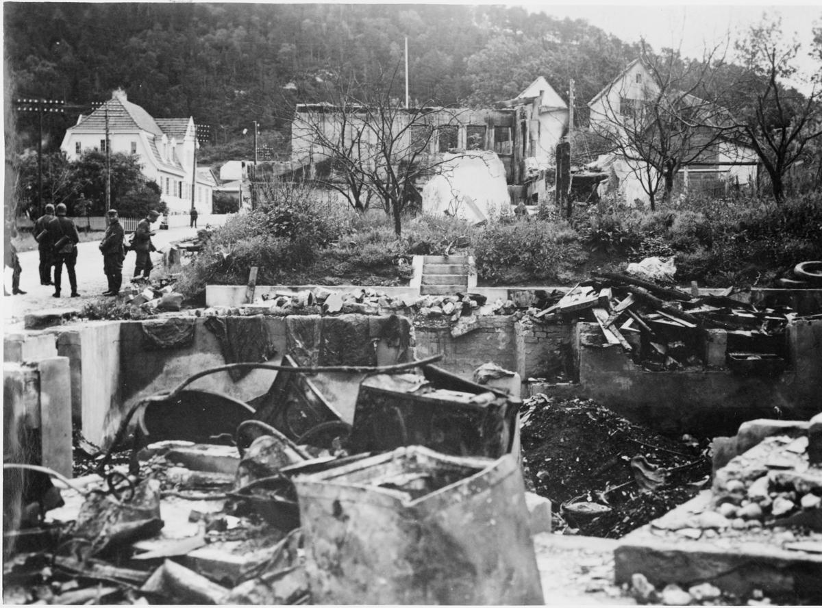 krigen, 1940,  Åndalsnes, tyske soldater, ruiner, branntomter etter husene til Knut E. Heen/Arne Randers Heen og fotograf Sødahl.