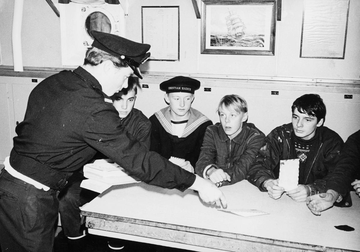 transport, båt, Christian Radich, fire gutter, en mann, utlevering av post