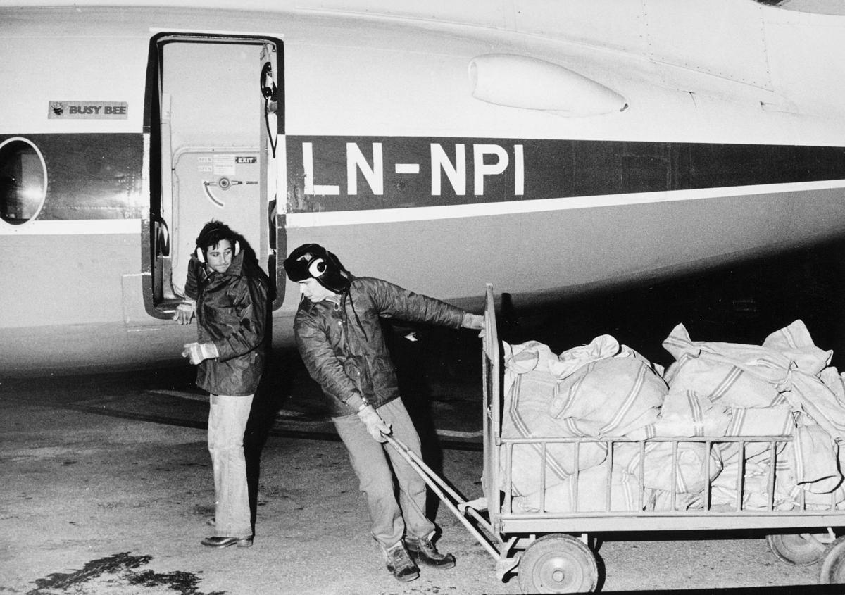transport, fly, LN-NPI, på bakken, lasting, postsekker, to menn