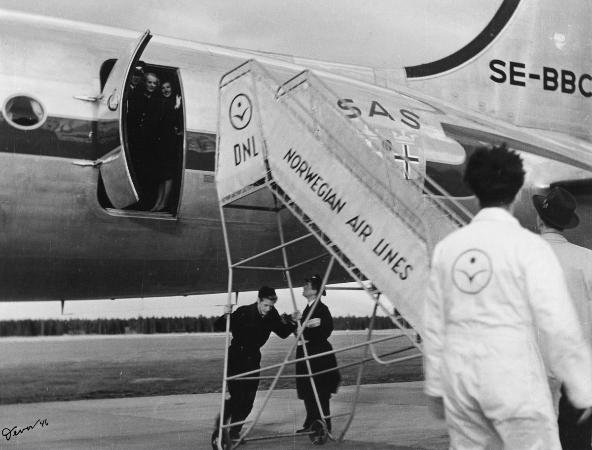 transport, fly, eksteriør, Gardermoen, S.A.S.'s Skymaster, ruten New York, på bakken, menn