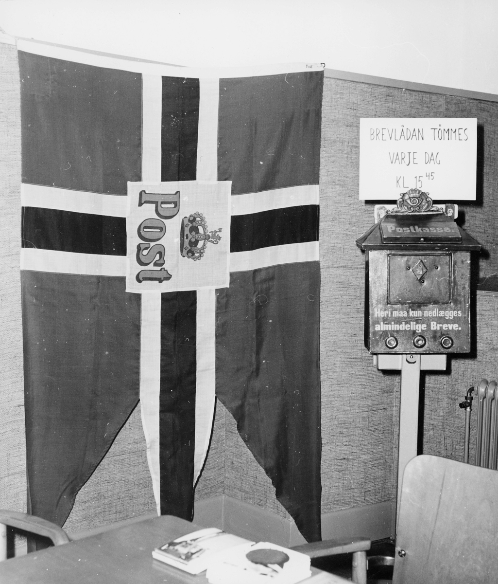 symboler, postflagg, postkasse, gjenstandene er plassert i utstilling