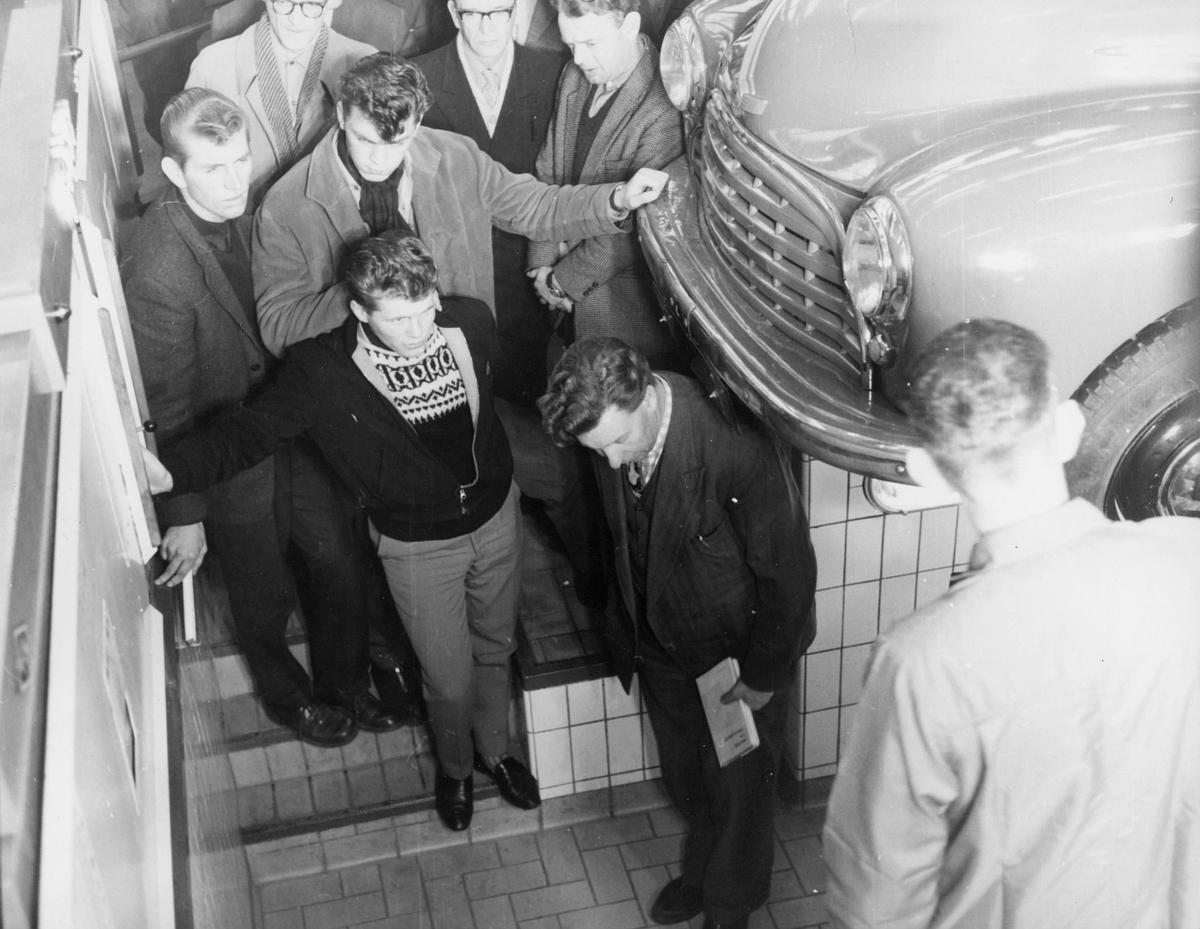 postskolen, 8 menn, gammel bil, interiør