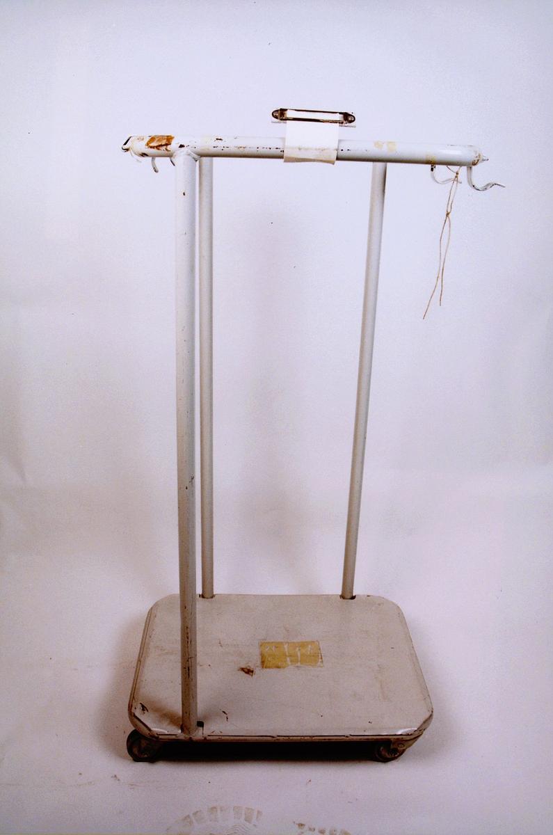 postmuseet, gjenstander, stativ, sekkestativ på trinser, til en sekk
