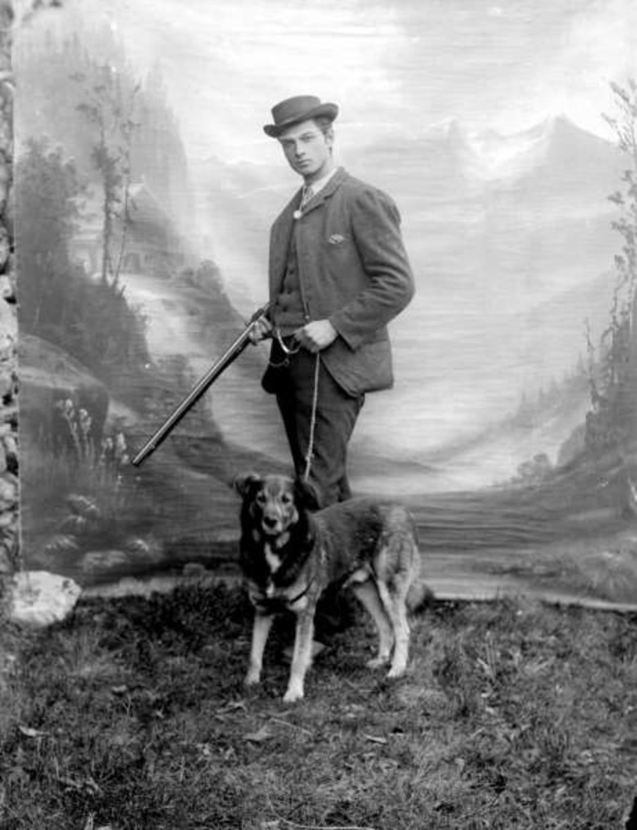 Portrett, Ole J. Kongsli  med hund og våpen.