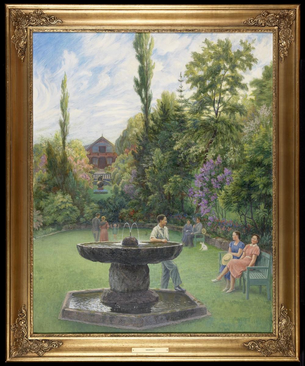 Hagen her sett f.den nedre plenen mot huset; 4 kvinner, 3 menn og 1 pike i sommerklær, blomstrende busker.
