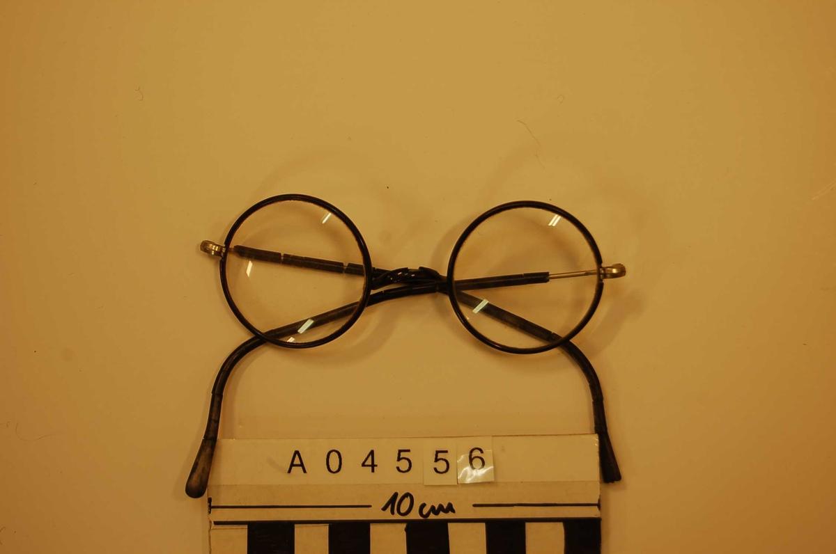 Runde, sorte, stålinnfattede briller