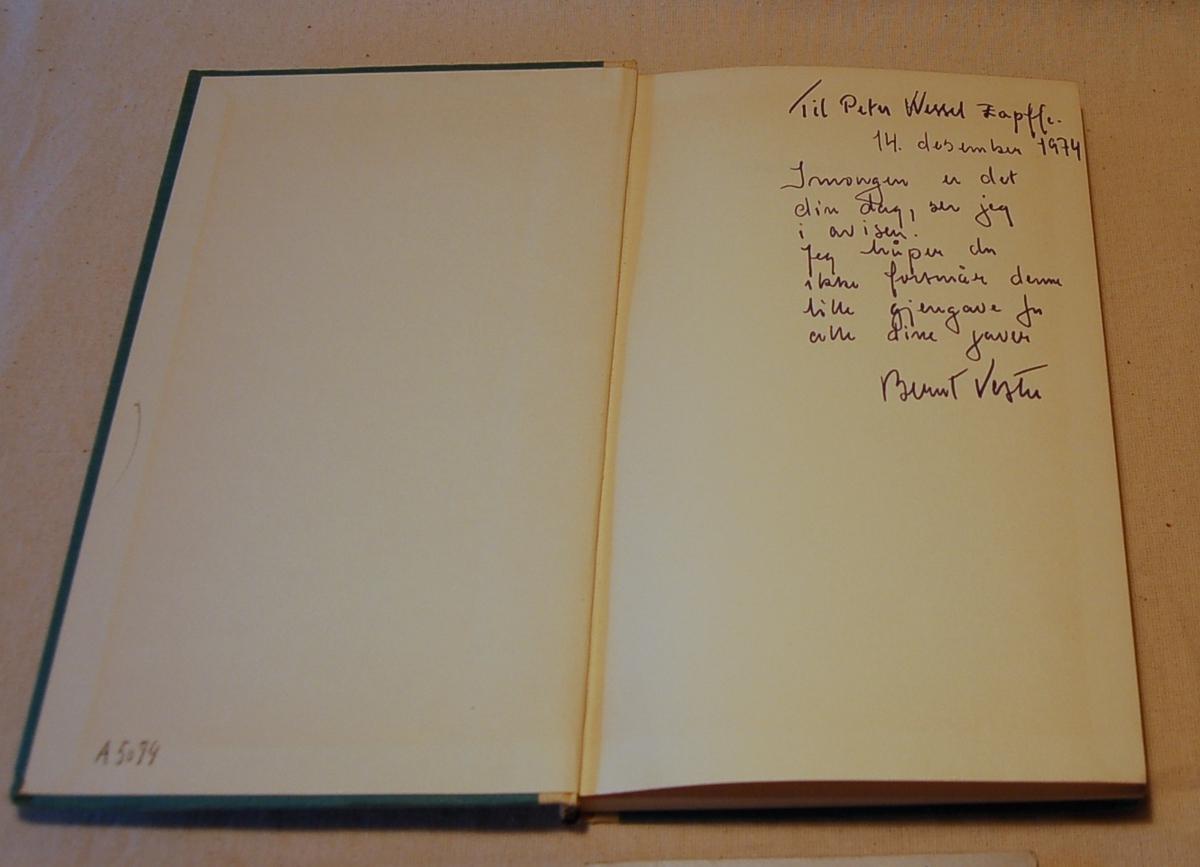Filosofen Peter Wessel Zapffe og hans kone Berit testamenterte sin eiendom på Båstad i Asker til Universitetet i Oslo. Da det ble besluttet å selge eiendommen i 2009 ble deler av P.W. Zapffes arbeidsrom og andre eiendeler overlatt til Asker Museum. Denne samlingen inngår nå som en permanent utstilling på museet. Bokens forside og bakside er gråblå med grå rygg med gullbokstaver