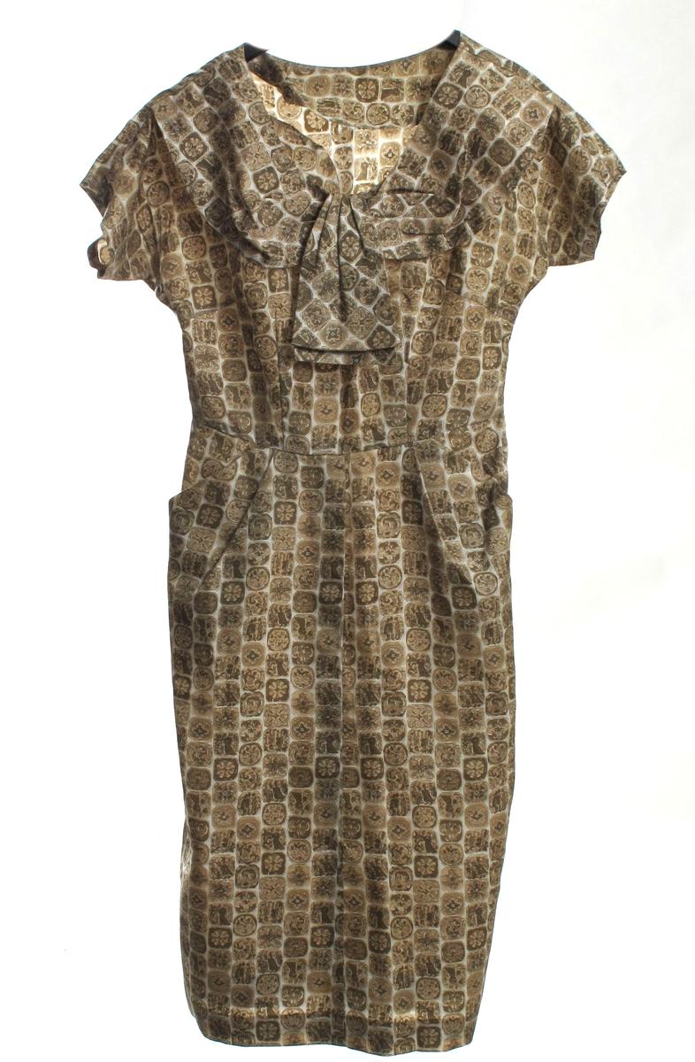 Kortermet kjole, middels lengde. Stripet mønster, oliven farge.