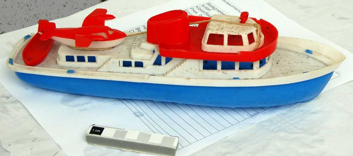 Lystyatch med sjøfly og jolle på dekk. Båten er bygd av mange detaljer, som er tappet sammen.