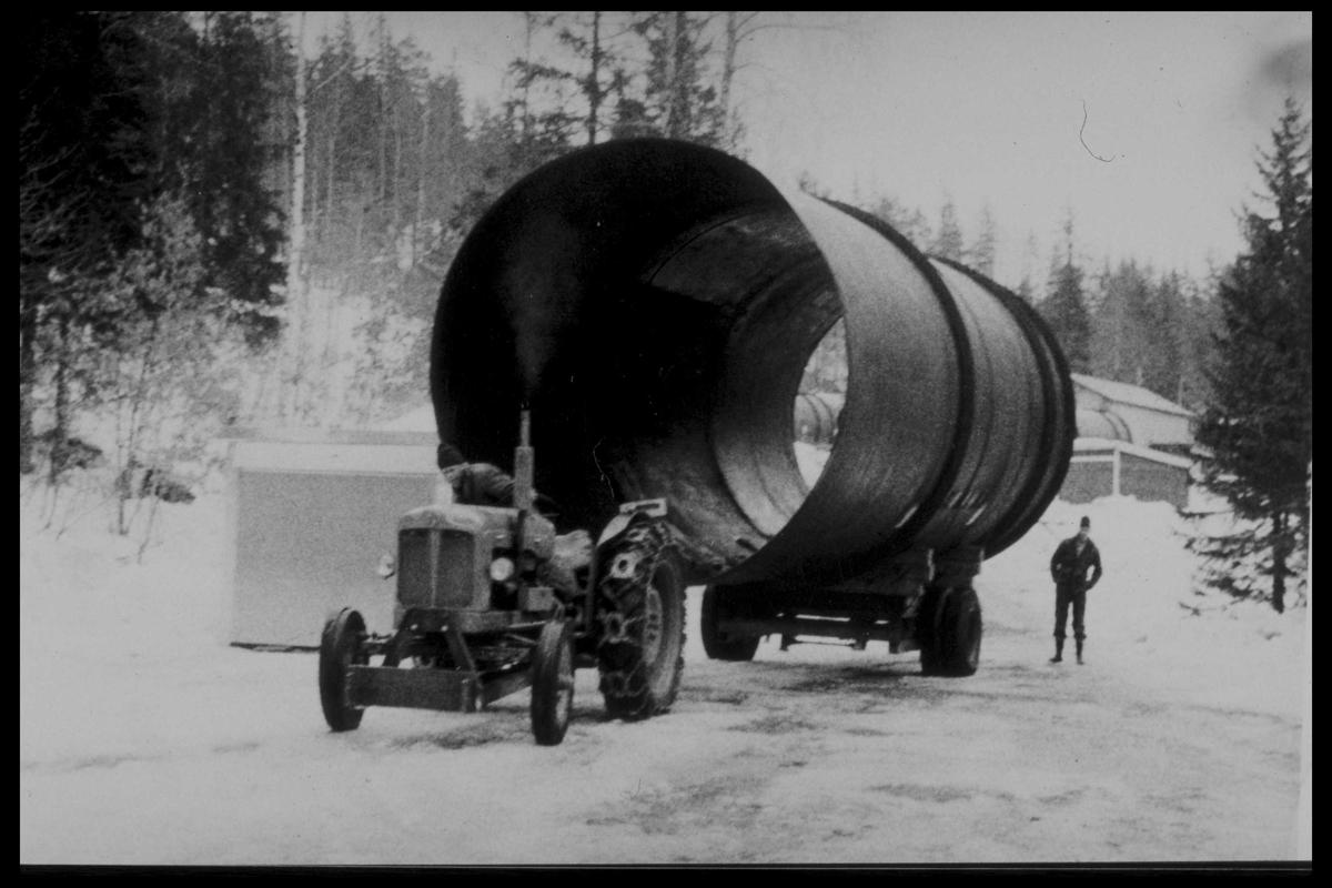 Arendal Fossekompani i begynnelsen av 1900-tallet CD merket 0469, Bilde: 20 Sted: Bøylefoss Beskrivelse: Ole G Fjærbu transporterer en rørdel